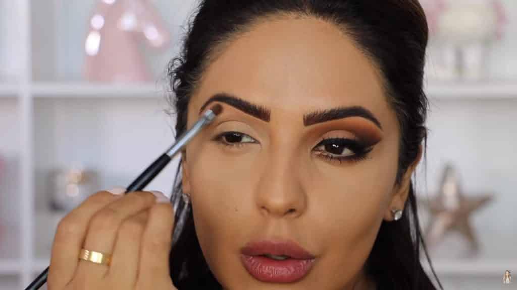 Maquillaje de ojos actual 2020 con Jackie Hernandez aplicacion tono veranda