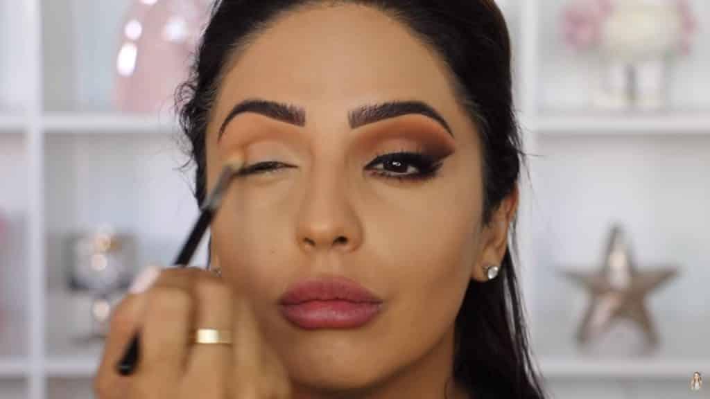 Maquillaje de ojos actual 2020 con Jackie Hernandez aplicacion tono seashell