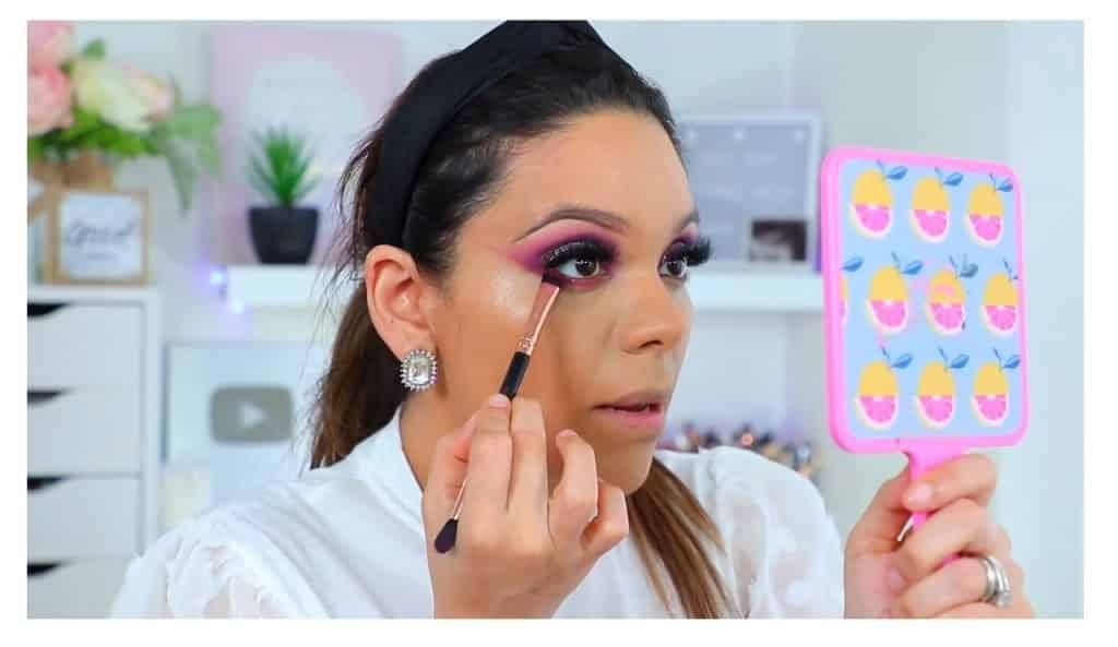 maquillaje de noche 2020 maquillaje dramático con glitter bissú Yoshi Meza sombra rosa para los párpados inferiores