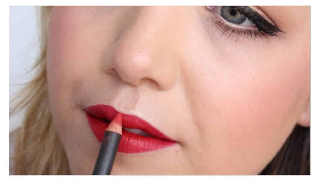 Maquillaje sencillo para unos labios rojos perfectos y con intensidad de color perfilar con el lápiz