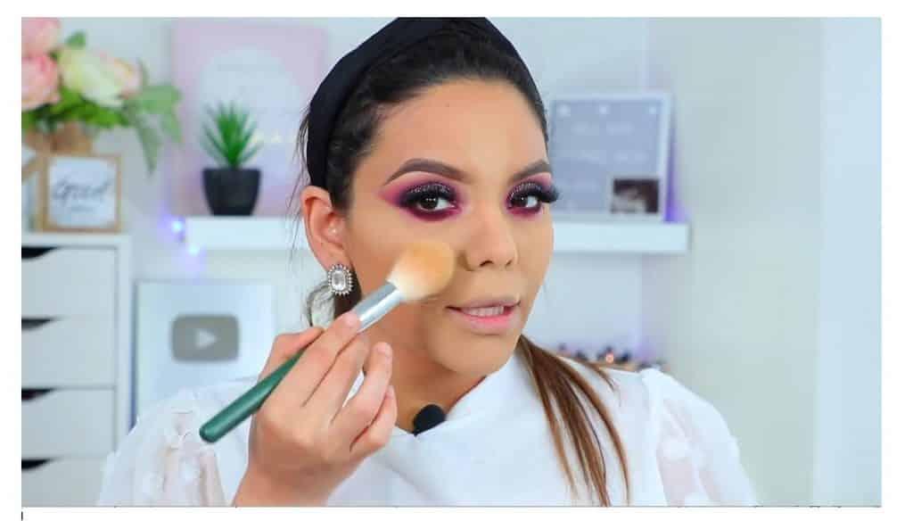 maquillaje de noche 2020 maquillaje dramático con glitter bissú Yoshi Meza limpia los restos de polvo banana