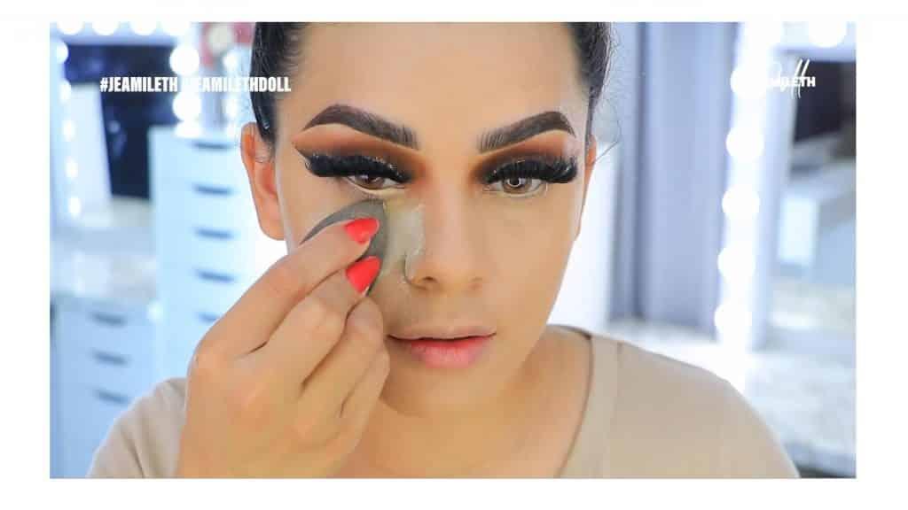 ¡Delineado infinito con glitter! La nueva tendencia brasilera de maquillaje para ojos polvo translucido