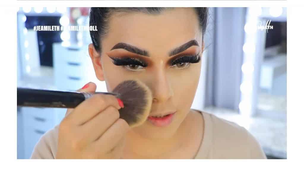 ¡Delineado infinito con glitter! La nueva tendencia brasilera de maquillaje para ojos retirar exceso de polvos