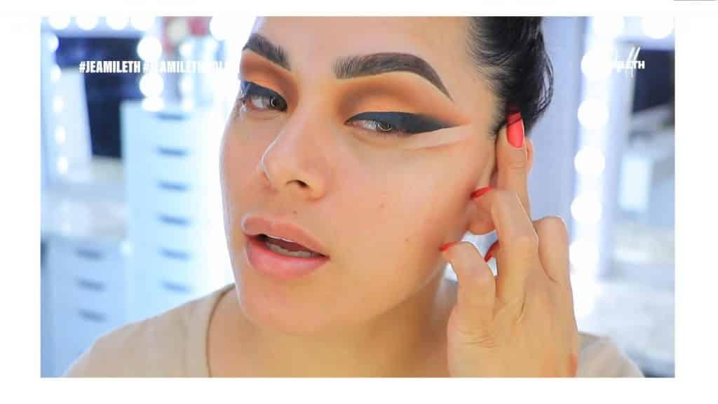 ¡Delineado infinito con glitter! La nueva tendencia brasilera de maquillaje para ojos retirar la cinta