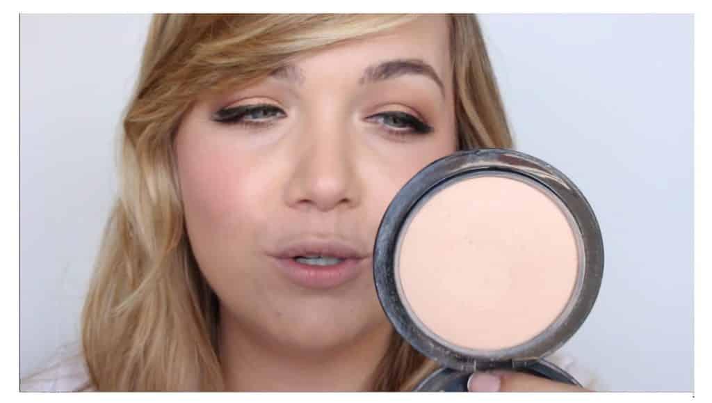 Maquillaje sencillo para unos labios rojos perfectos y con intensidad de color sellar el producto con polvos