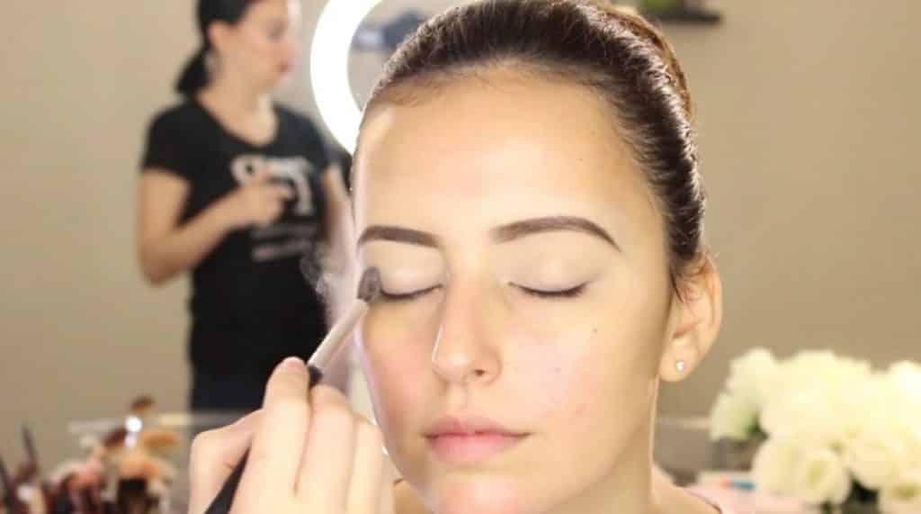Sombreado de los ojos con sombras de transición. Tendencias de Maquillaje para novia 2020 Tania Makeup