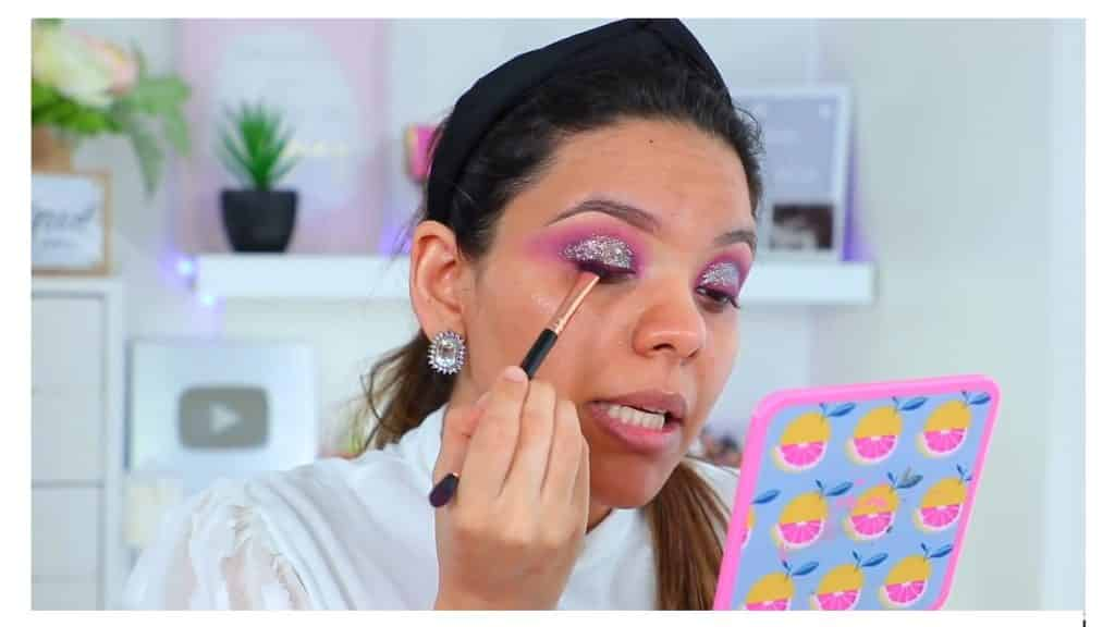 maquillaje de noche 2020 maquillaje dramático con glitter bissú Yoshi Meza aplica sombra oscura en lugar del delineador