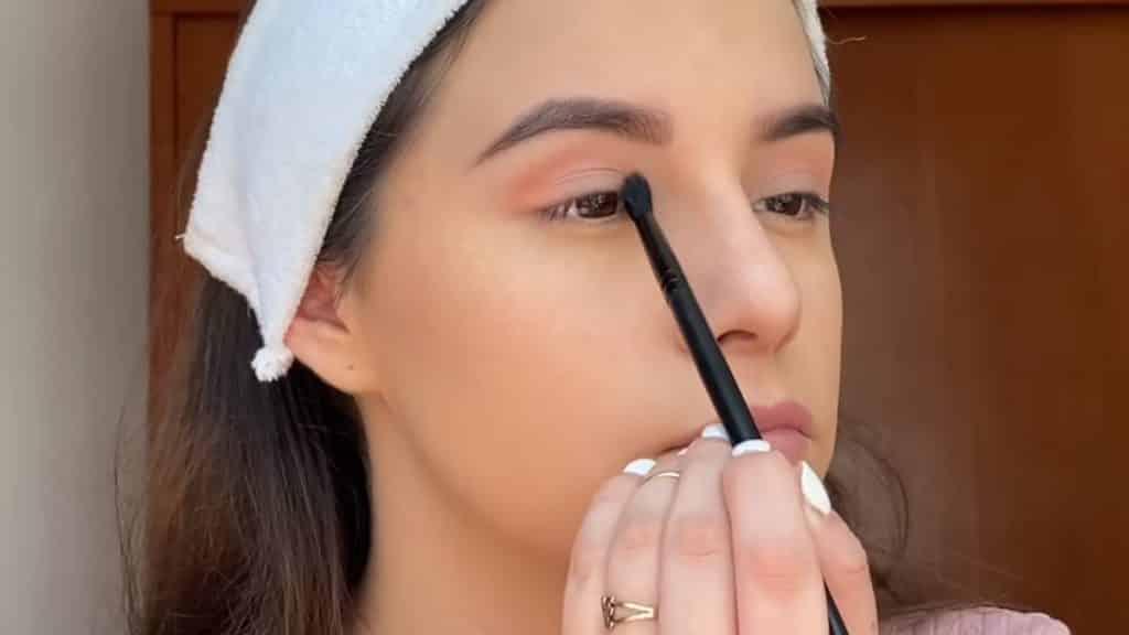 maquillaje para adolescentes 2020 anel flynn aplicación sombra camel