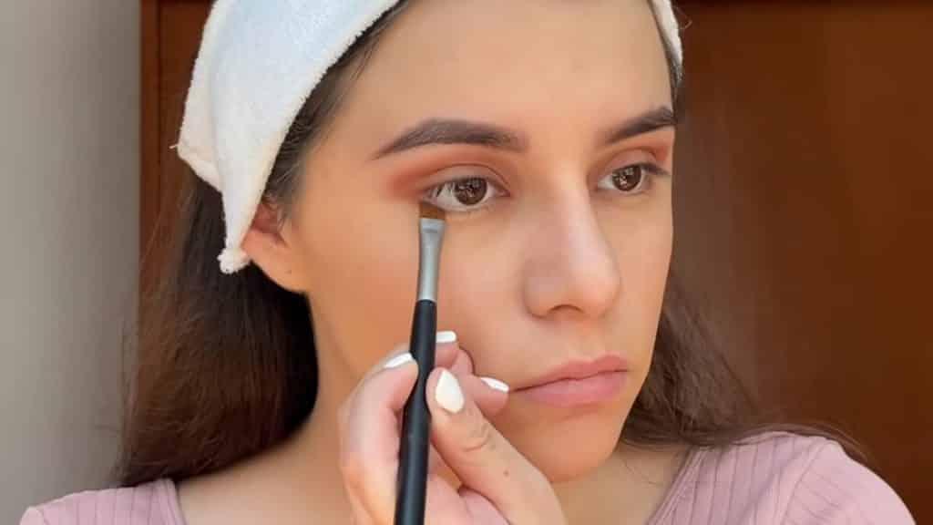 maquillaje para adolescentes 2020 anel flynn perfilamos con sombra párpado inferior