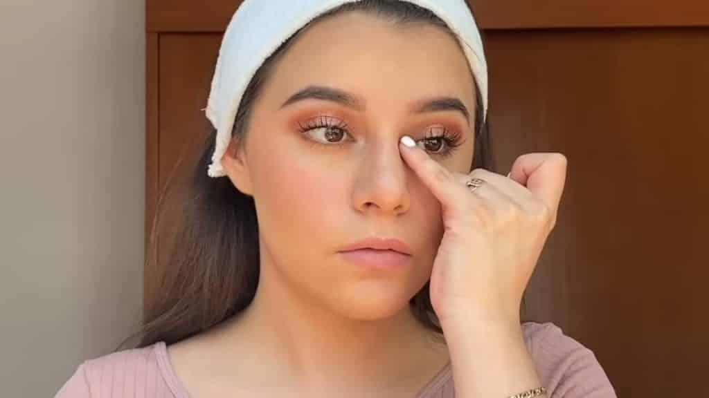 maquillaje para adolescentes 2020 anel flynn aplicación iluminador colour pop tono flexitarian