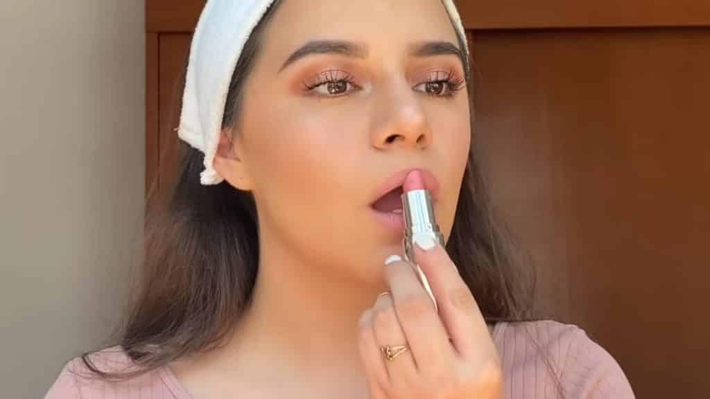 maquillaje para adolescentes 2020 anel flynn aplicación labial avon tono rosa dulce