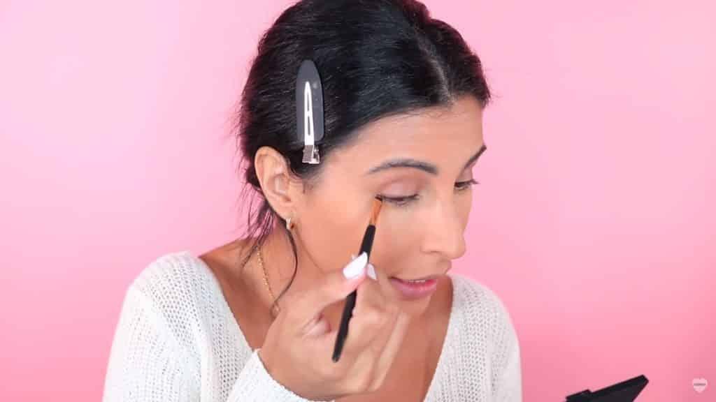Maquillaje natural fácil 2020 eva davis delineando el ojo con sombra