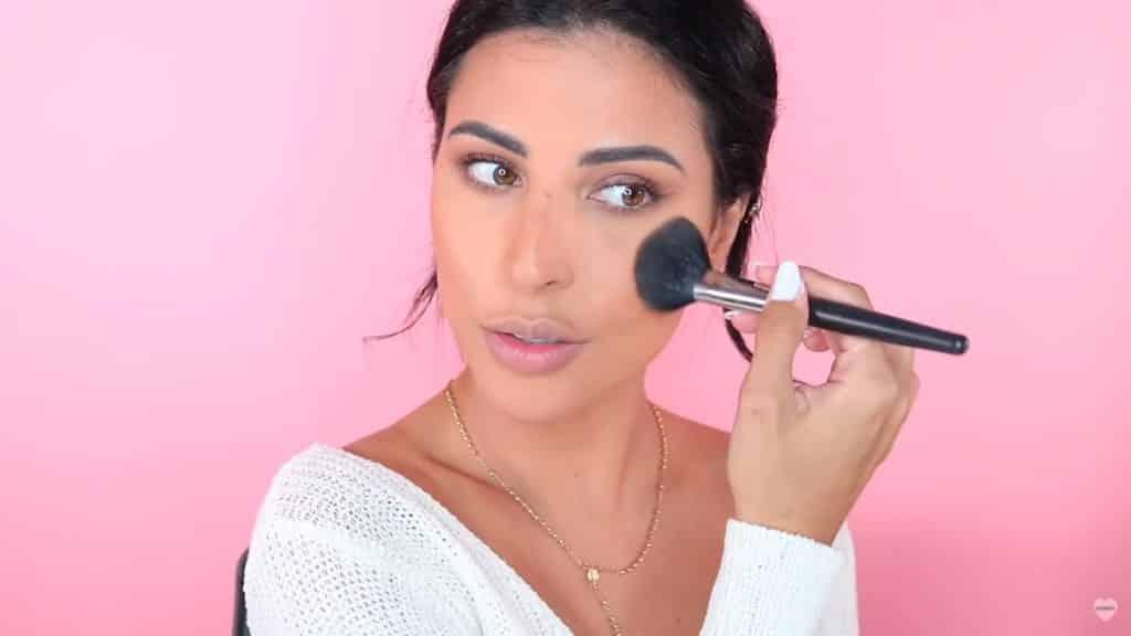 Maquillaje natural fácil 2020 eva davis aplicamos colorete Milani Baked Blush mezcla de Luminoso + Berry Amore