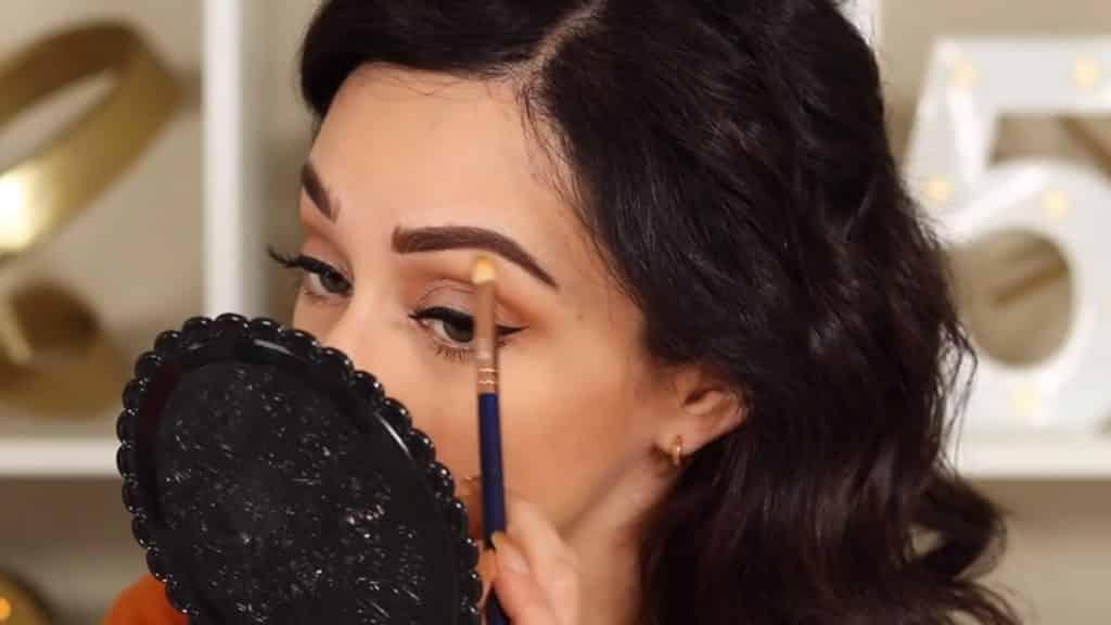 Maquillaje de cejas tendencias 2020 Rosy McMichael y Nyx Professional Makeup iluminando con corrector el arco