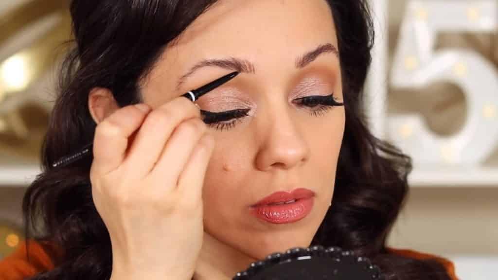 Maquillaje de cejas tendencias 2020 Rosy McMichael y Nyx Professional Makeup maqullando con el lápiz