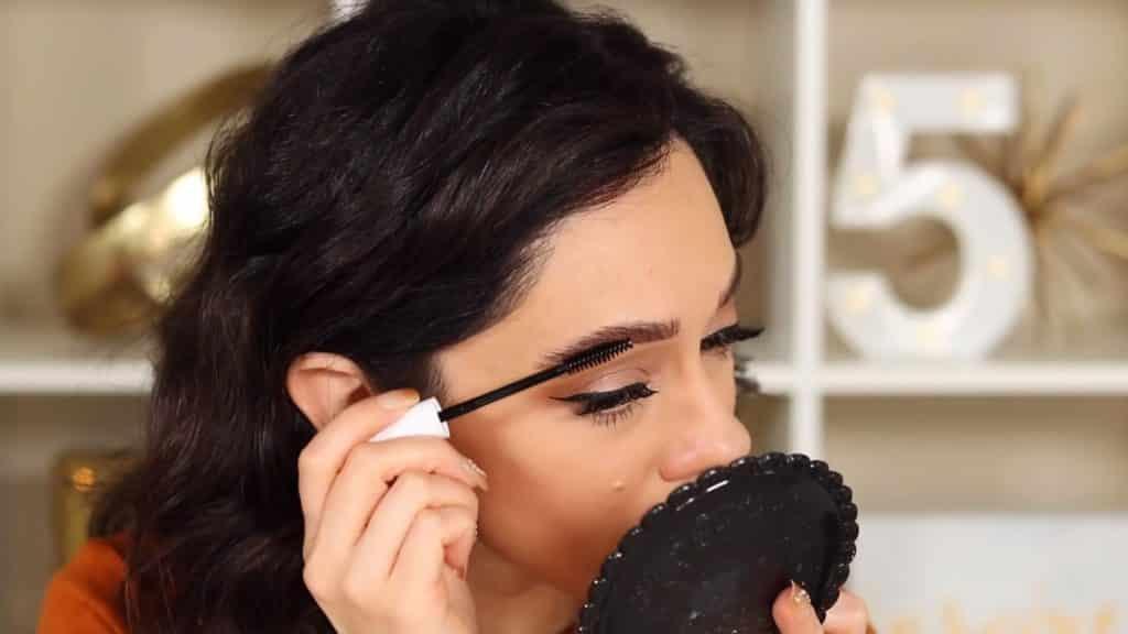 Maquillaje de cejas tendencias 2020 Rosy McMichael y Nyx Professional Makeup retocando con el gel