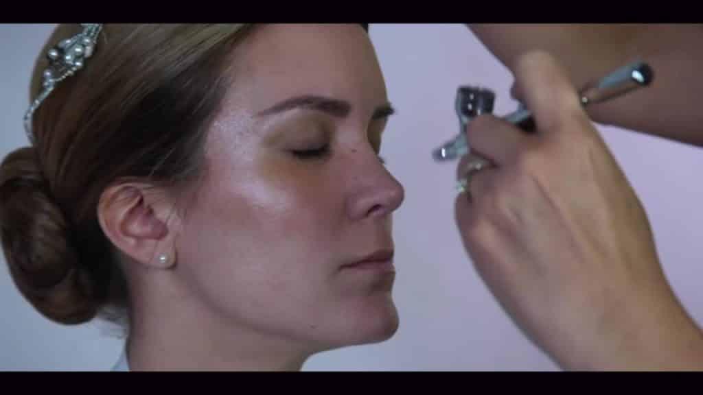NOVIA DE DÍA | Maquillaje por CRISTINA CUELLAR - Aplicación base de maquillaje con aerógrafo