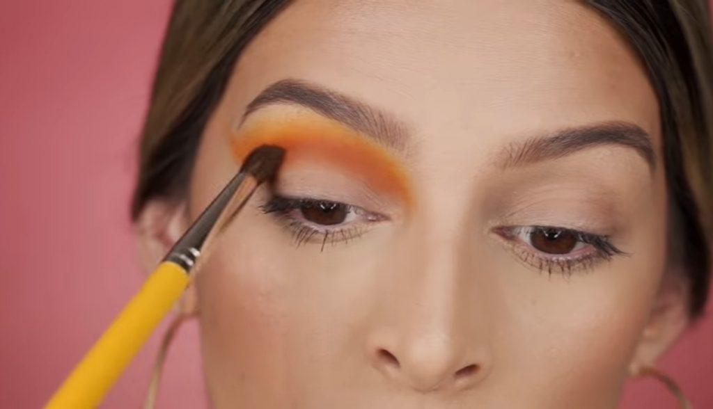 Cut Crease paso a paso 2020 por Mariana Zambrano aplicamos tono marrón arriba de la cuenca del ojo