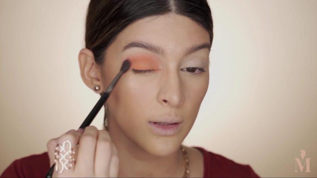Maquillaje de verano duradero Mariana Zambrano 2020, sombra naranja en el parpado movil