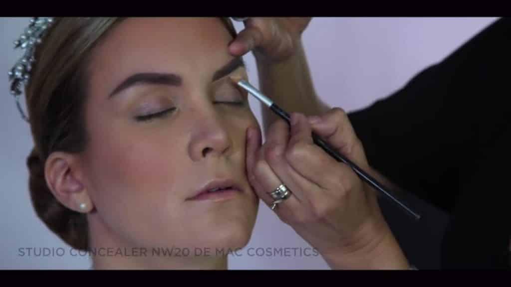 NOVIA DE DÍA | Maquillaje por CRISTINA CUELLAR - Aplicacion de corrector en contorno de las cejas
