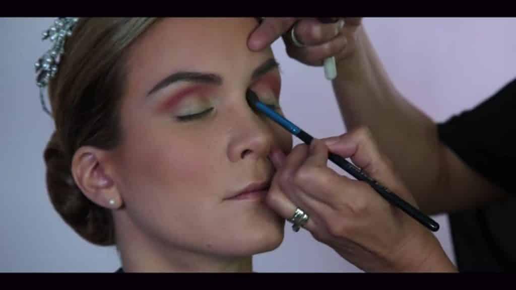 NOVIA DE DÍA | Maquillaje por CRISTINA CUELLAR - Aplicación sombra rosa matte en la cuenca de los ojos