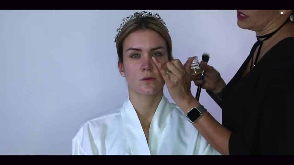 NOVIA DE DÍA | Maquillaje por CRISTINA CUELLAR - Aplicación aceite facial hidratante