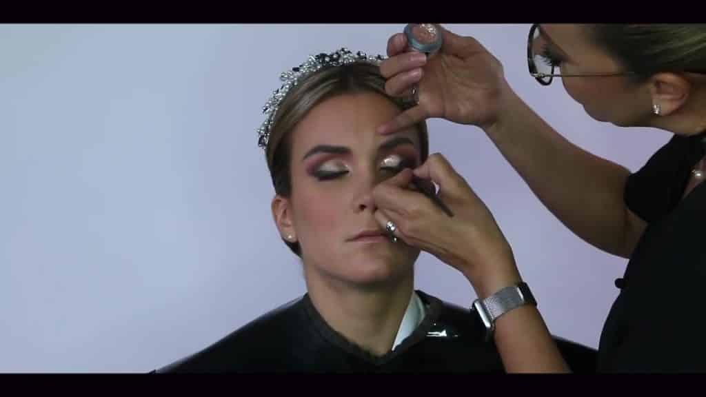 NOVIA DE DÍA | Maquillaje por CRISTINA CUELLAR - Aplicación sombra glitter en parpado móvil