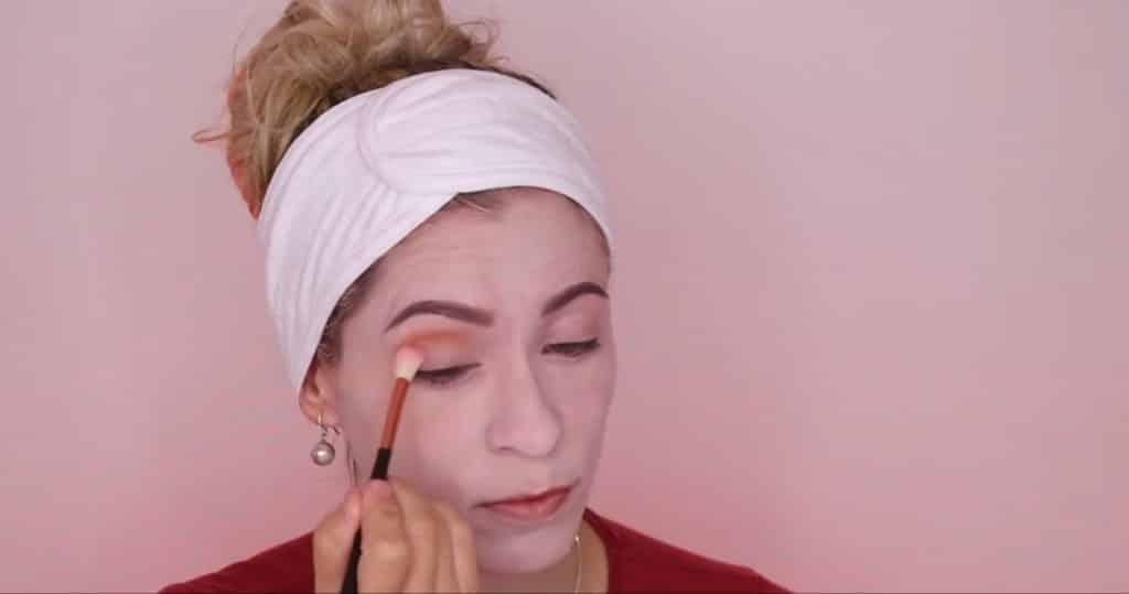 maquillaje halloween 2020 Pennywise mujer aplicamos sombra roja