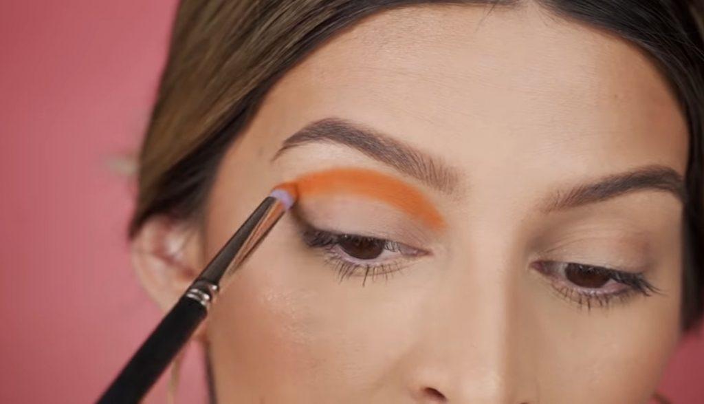 Cut Crease paso a paso 2020 por Mariana Zambrano aplicamos sombra naranja