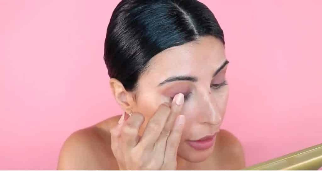 Maquillaje de verano para la noche paso a paso aplica la sombra con el dedo