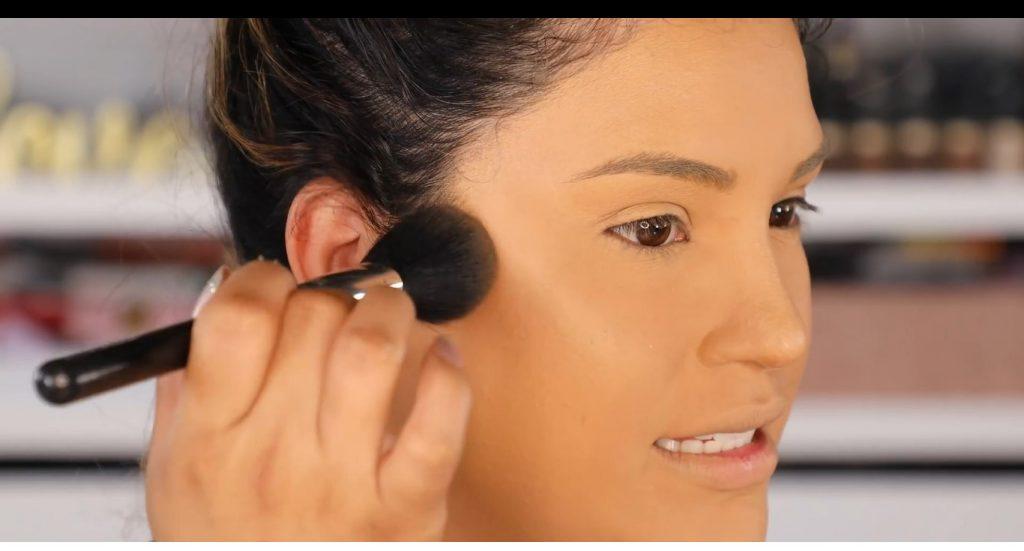 Atrévete a dar un cambio radical, con un maquillaje neutro y fácil de la mano de Roccibella aplica el contorno