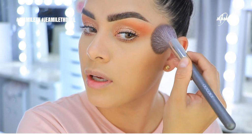 Maquillaje de verano súper glow para piel grasa bronzer