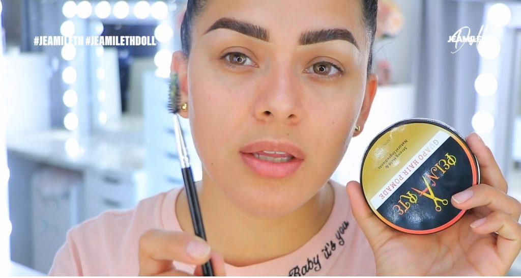 Maquillaje de verano súper glow para piel grasa preparar las cejas