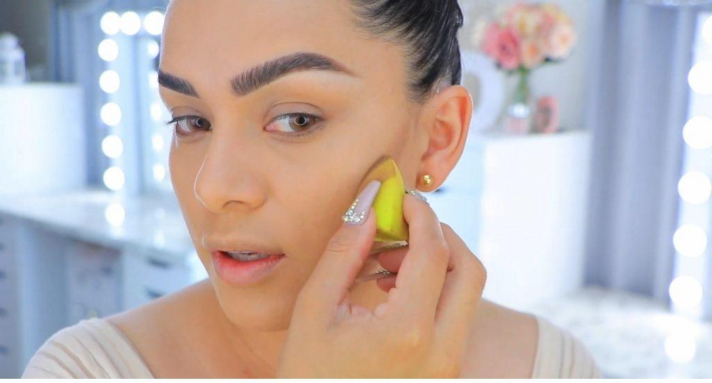 Aprende a maquillarte como Kendall y Kylie Jenner con Jeamileth Doll aplica el contorno