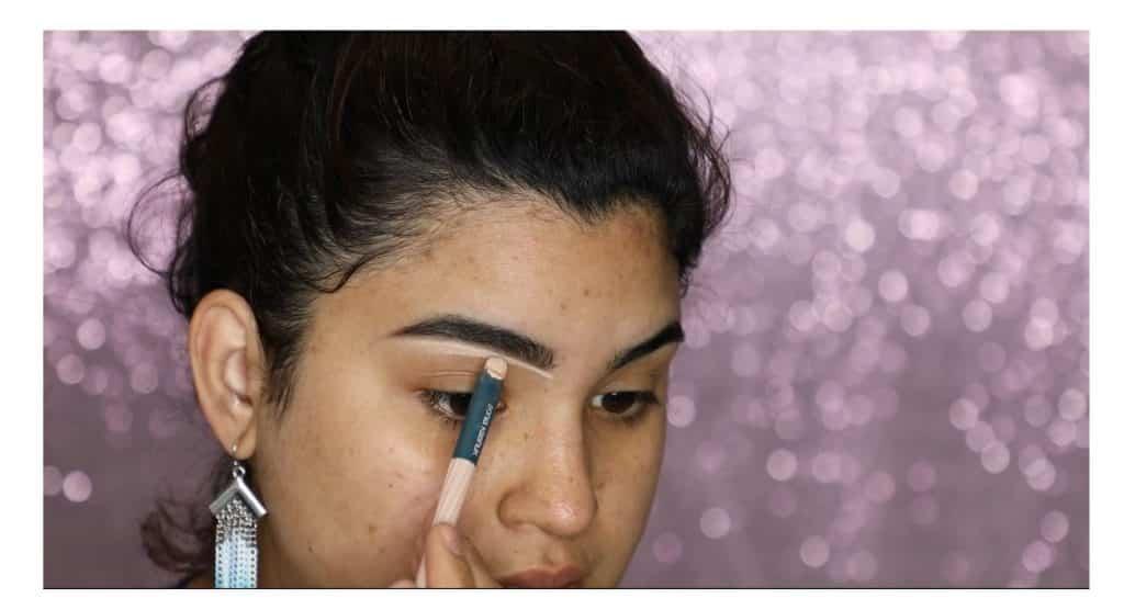 Aprende a hacer un maquillaje duradero para verano con este tutorial de Roccibella corregir las cejas