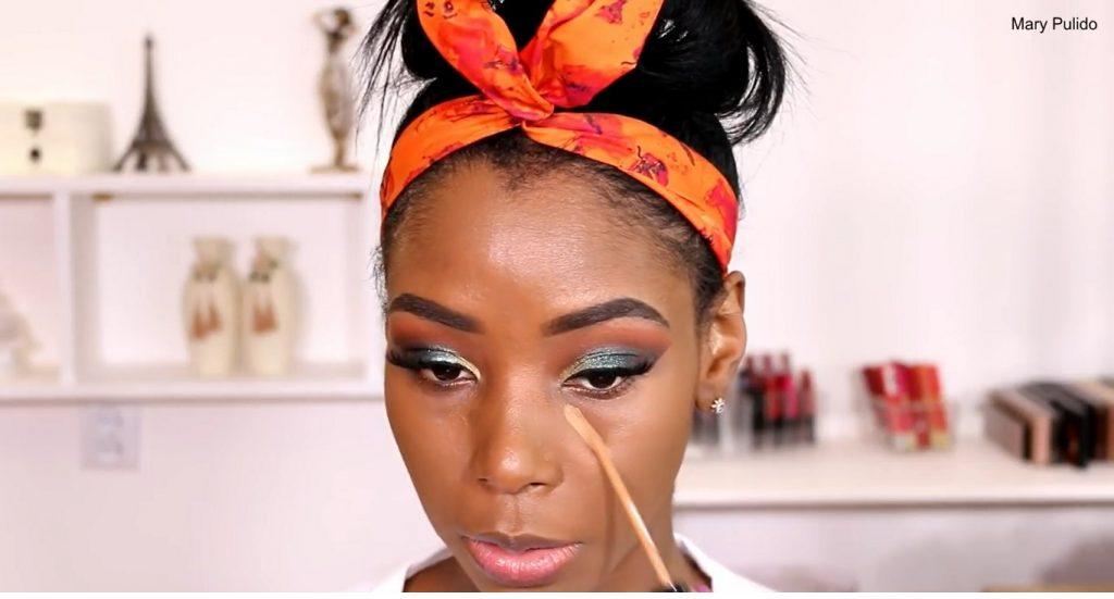Tutorial de maquillaje de noche para piel morena corrector