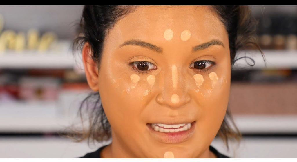 Atrévete a dar un cambio radical, con un maquillaje neutro y fácil de la mano de Roccibella aplica corrector