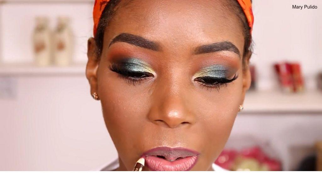Tutorial de maquillaje de noche para piel morena delinear los labios