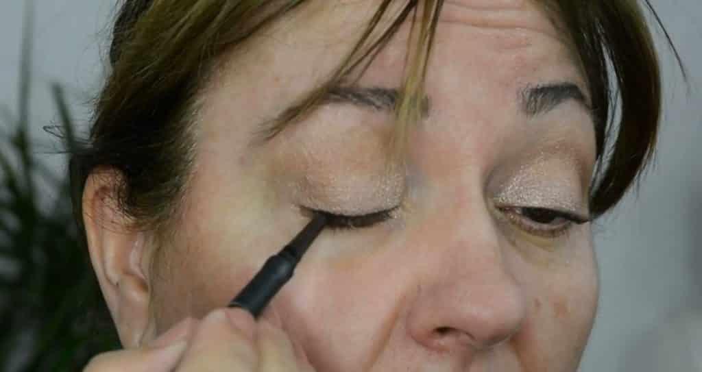 Maquillaje de verano para pieles maduras ¡Tutorial! Delinear párpado superior
