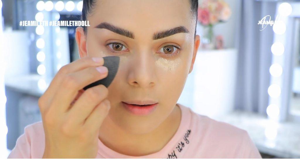 Maquillaje de verano súper glow para piel grasa difuminar corrector