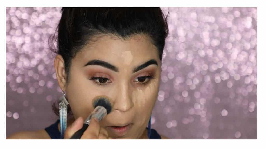 Aprende a hacer un maquillaje duradero para verano con este tutorial de Roccibella difumina el corrector