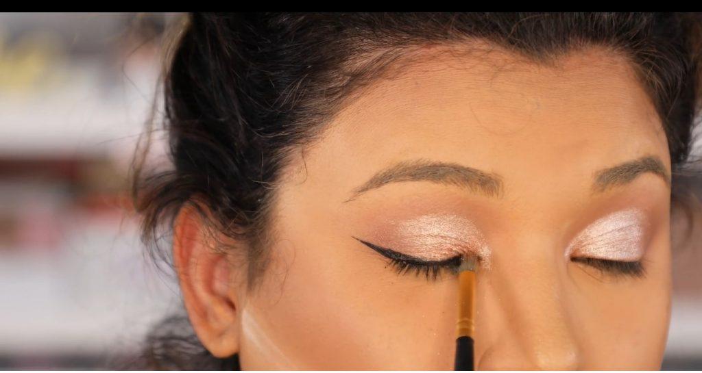Atrévete a dar un cambio radical, con un maquillaje neutro y fácil de la mano de Roccibella difuminar delineador