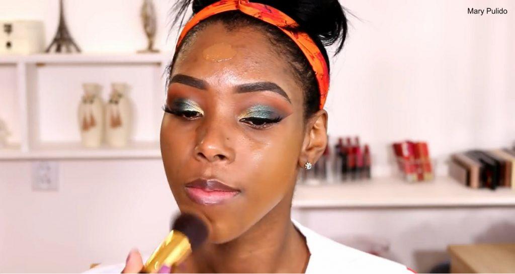 Tutorial de maquillaje de noche para piel morena difuminar base
