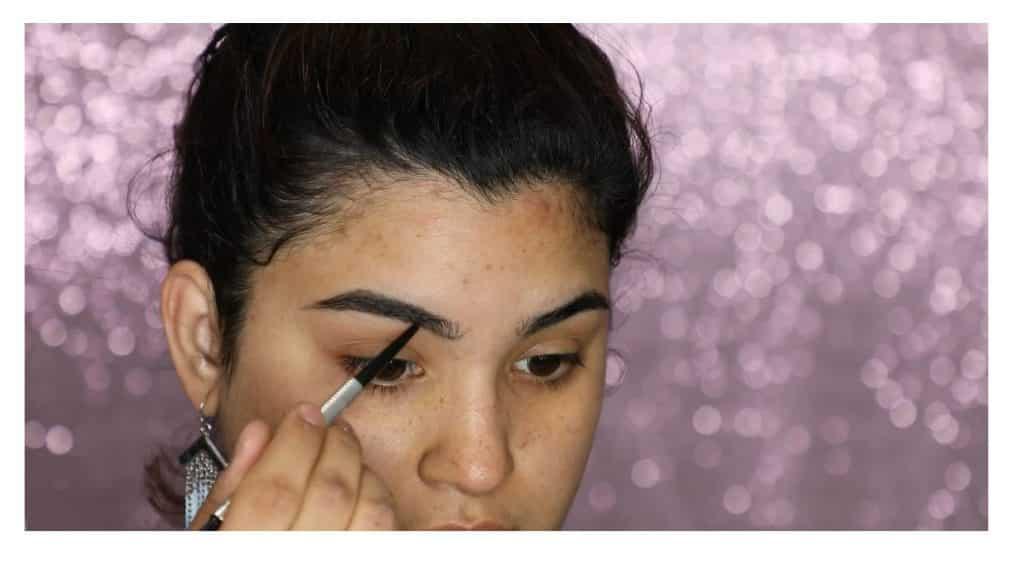 Aprende a hacer un maquillaje duradero para verano con este tutorial de Roccibella rellenar con el lápiz