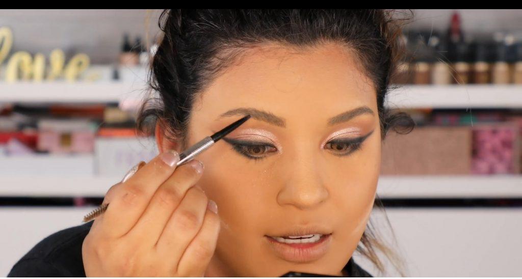 Atrévete a dar un cambio radical, con un maquillaje neutro y fácil de la mano de Roccibella cejas