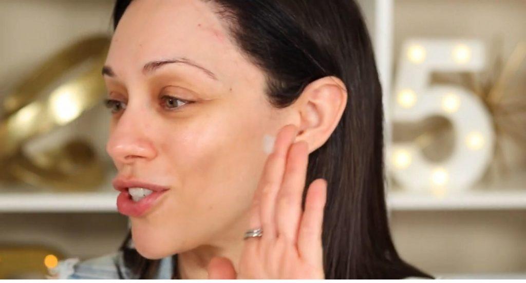 ¡Base de maquillaje invisible de la mano de Rosy McMichael! Toma un poco del producto