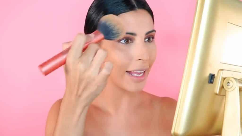 Maquillaje de verano para la noche paso a paso polvo fijador