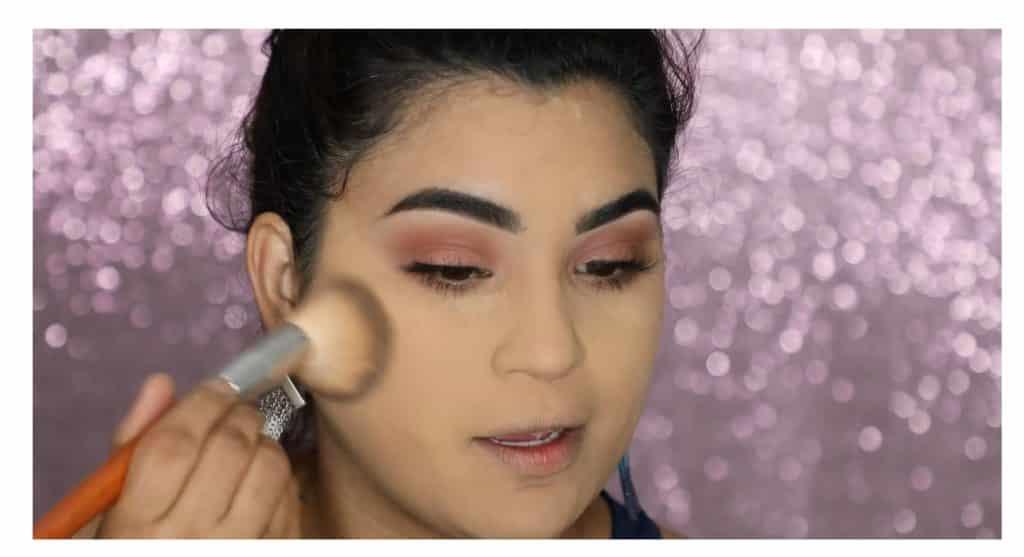 Aprende a hacer un maquillaje duradero para verano con este tutorial de Roccibella retiro exceso de polvos