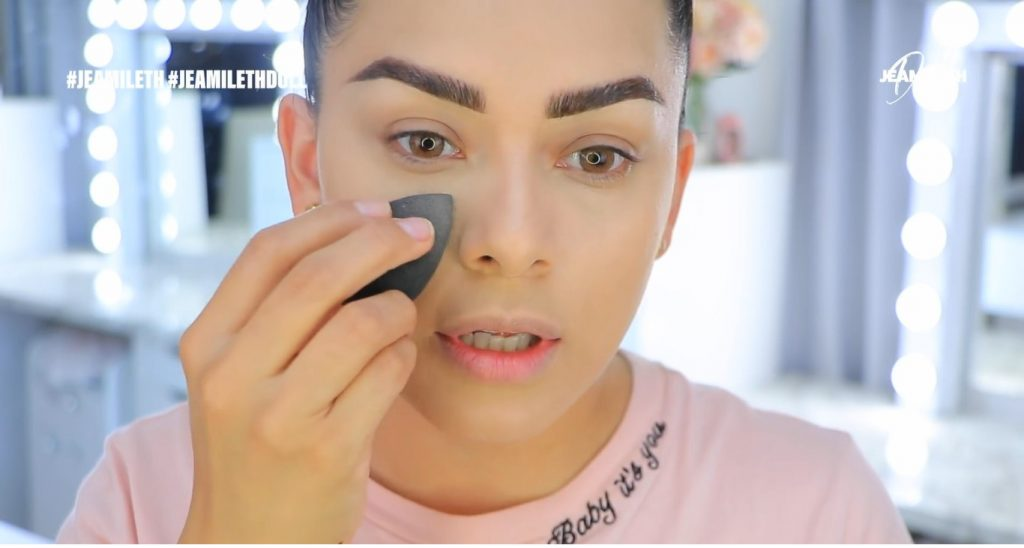 Maquillaje de verano súper glow para piel grasa polvo traslúcido