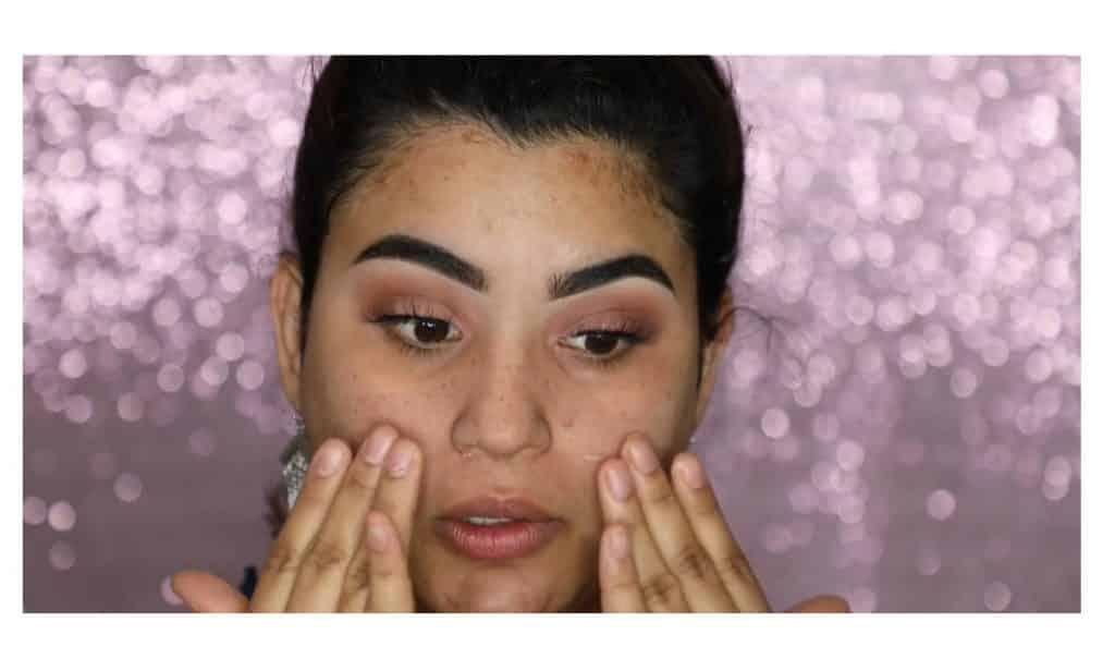 Aprende a hacer un maquillaje duradero para verano con este tutorial de Roccibella aplicar primer